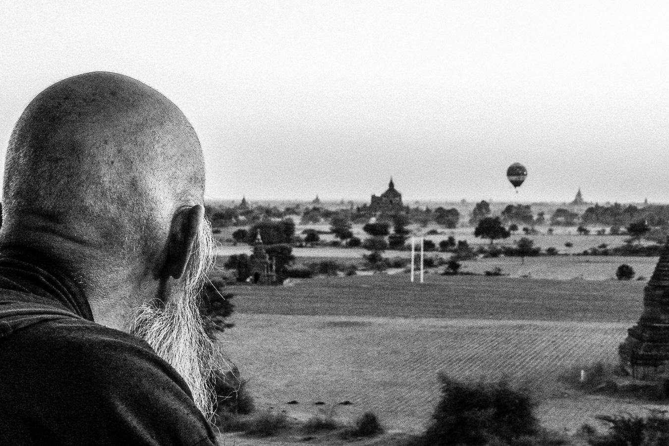 Photographie de voyage - vieil homme regardant le soleil se coucher, Bagan, Myanmar