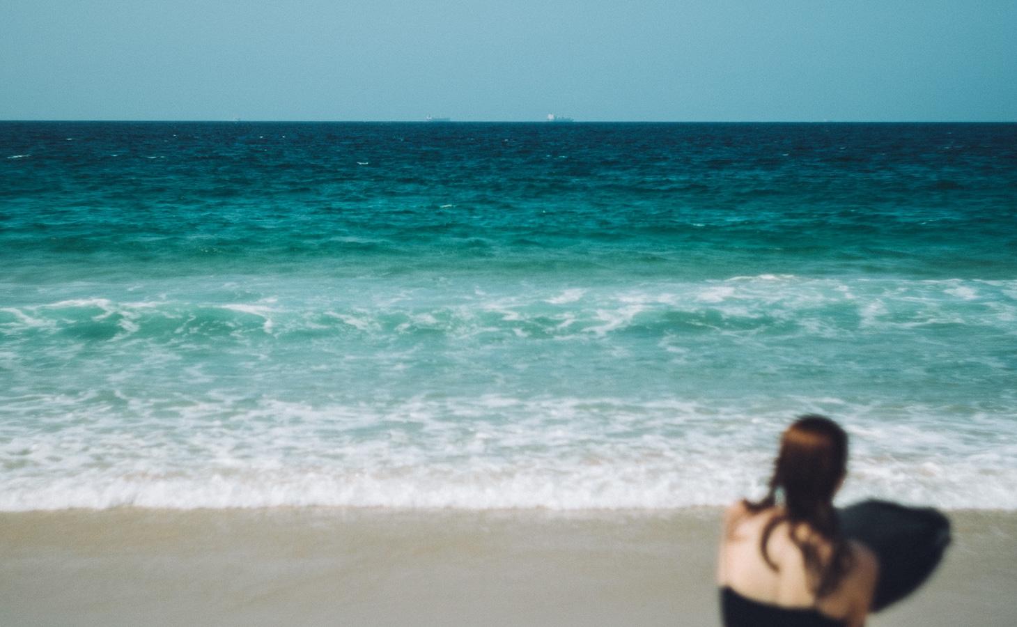 Photographie de voyage - jeune femme à la plage, Espagne
