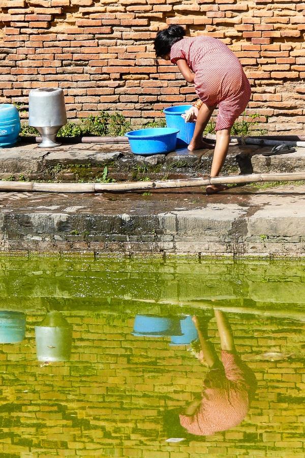Photographie de voyage - jeune femme se lavant, Népal