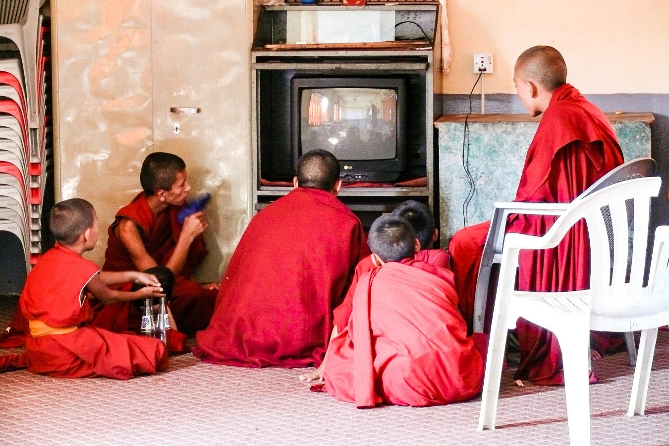 Photographie de voyage - jeunes moines regardant la télé, Népal