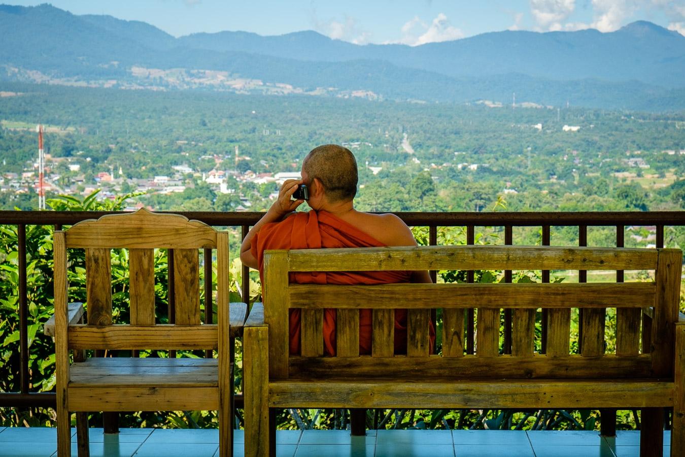 Photographie de voyage - moine au téléphone, Thaïlande