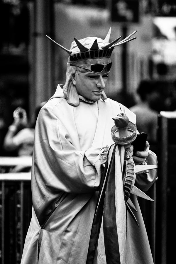 Photographie de voyage - la statue de la liberté en pause téléphone, Times Square, New York