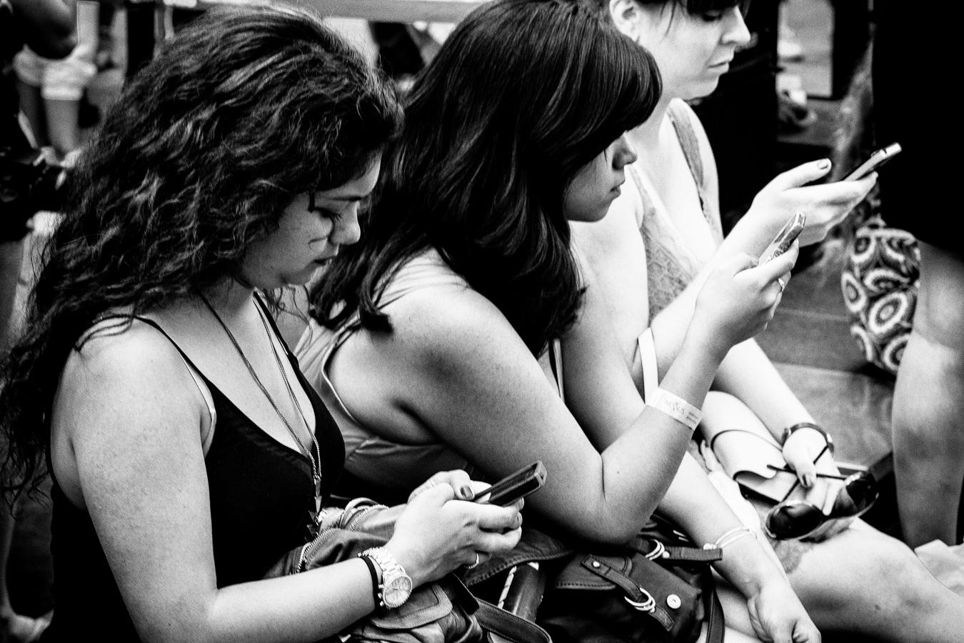 Photographie de voyage - jeunes femmes accrocs à leurs téléphones, New York
