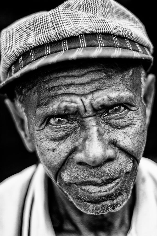 Photographie de voyage - vieux vendeur de machettes, Indonésie