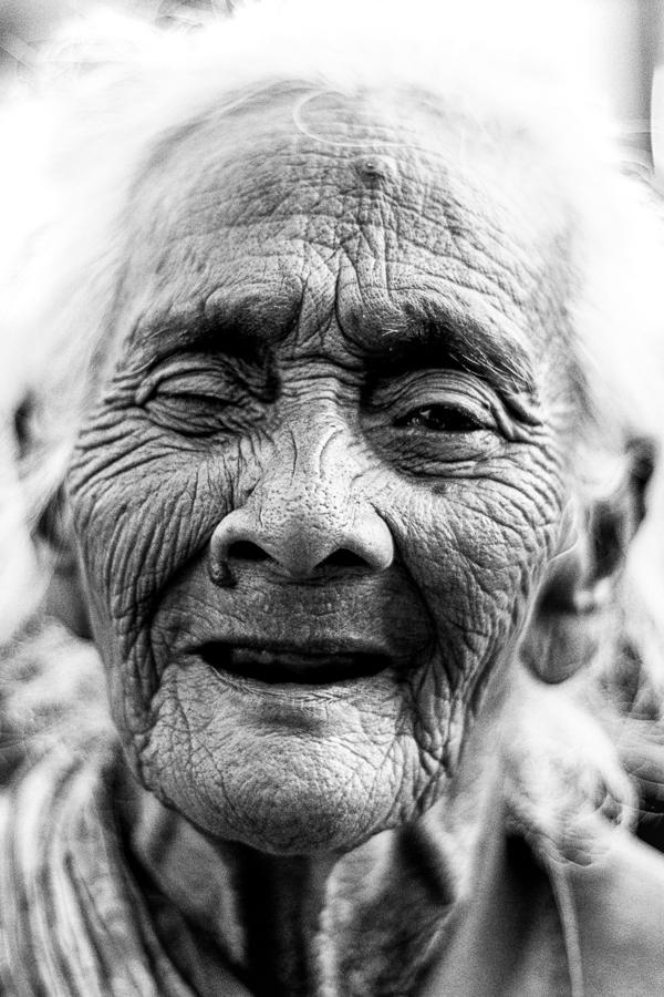 Photographie de voyage - portrait d'une vieille dame sur Java, Indonésie